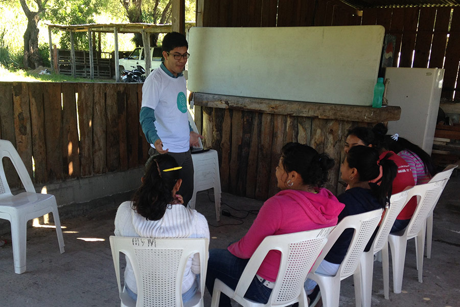 Luis Rodriguez giving workshop to women of Asopuente Santa Rosa