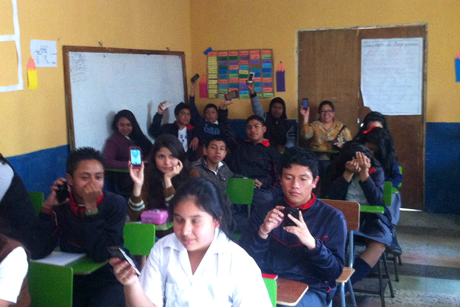 Learning to use the smartphone to study at Colegio La Paz