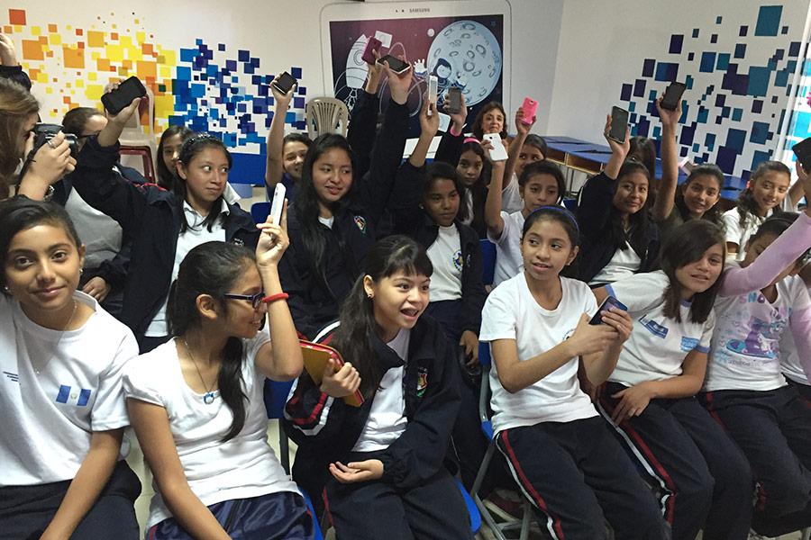 Girls in workshop at Escuela República de Francia