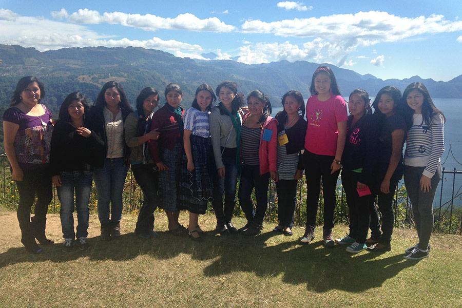 women attending cienpoderadas event
