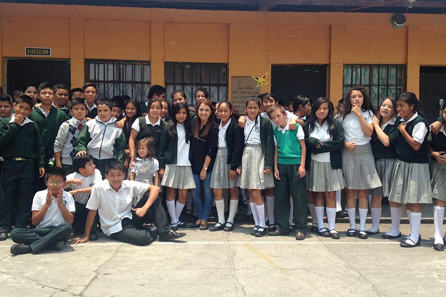 Alejandra Rojas with participants of workshop at EOUM 454 Santa Elena III