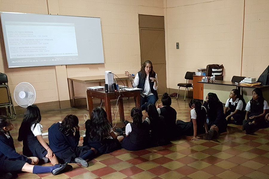 Pamela Avilés teaching girls about the use of smartphones to improve their grades and knowledge